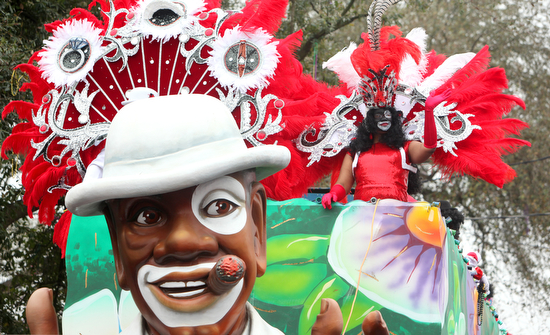 Krewes of Zulu and Rex roll on Mardi Gras Day (photo ...