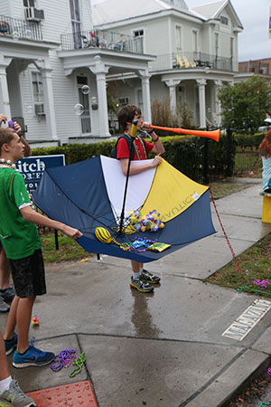 Parade goers take advantage of the poor weather in innovative ways. Krewe of King Arthur 2014. (Zach Brien, UptownMessenger.com)
