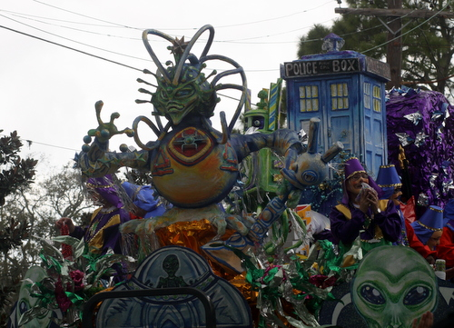 "Mid-City's ""Little Green Men"" float. (Robert Morris, UptownMessenger.com)"