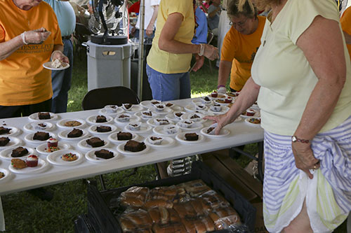 Free deserts were provided by the church. (Zach Brien, UptownMessenger.com)