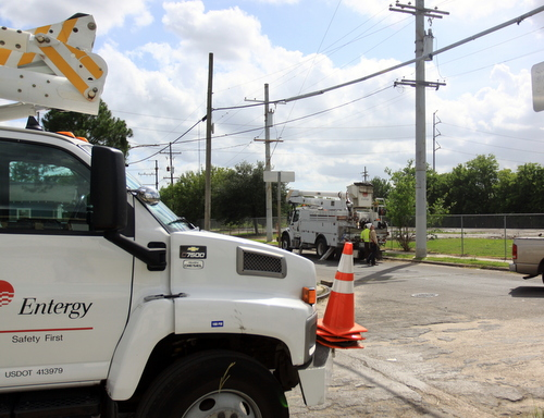 Entergy crews work on a transmission line on Pine Street near Olive Street in Gert Town during a brief outage in early May. (UptownMessenger.com file photo by Robert Morris)