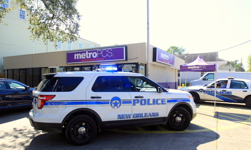 New Orleans police investigate a robbery at the Metro PCS store on Louisiana Avenue at Baronne. (Robert Morris, UptownMessenger.com)