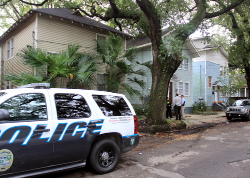 New Orleans Police detectives confer with Tulane police officers on Wednesday afternoon in the 7500 block of Willow, following the report of a home invasion there. (Robert Morris, UptownMessenger.com)
