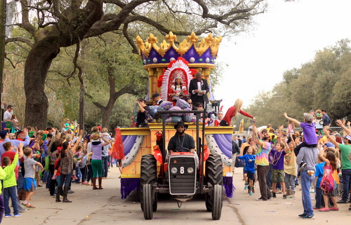 Princess Choctaw's float rolls on Napoleon Avenue. (Robert Morris, UptownMessenger.com)