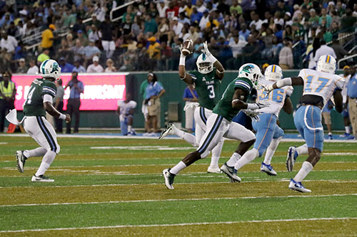 Tulane running back Sherman Badie gets a toss from quarterback Glen Cuiellette on a read option play. Tulane defeated Southern University 66 to 21 at their home opener at Yulman Stadium. (Zach Brien, UptownMessenger.com)